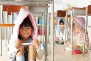 避難訓練をする小学生の子供達の写真素材 [FYI02604540]