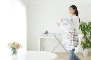 女性のライフスタイル背景素材の写真素材 [FYI02604548]