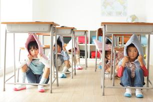 避難訓練をする小学生の子供達の写真素材 [FYI02604619]