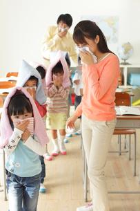避難訓練をする小学生と先生の写真素材 [FYI02604681]