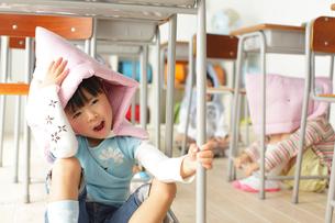避難訓練をする小学生の子供達の写真素材 [FYI02604691]