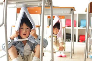 避難訓練をする小学生の子供達の写真素材 [FYI02604810]