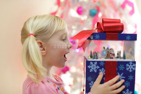 クリスマスプレゼントに喜ぶ女の子の写真素材 [FYI02604901]