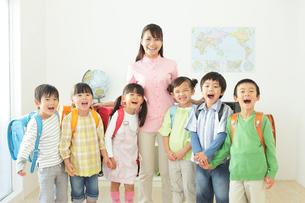 先生と生徒のポートレートの写真素材 [FYI02605011]