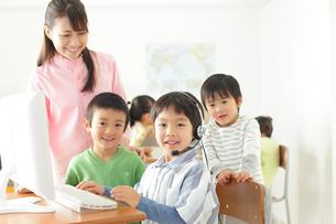 インカムで通信教育をする生徒と先生の写真素材 [FYI02605095]