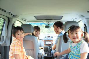 休日にドライブを楽しむ家族の写真素材 [FYI02605371]