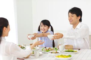 食事をする家族の写真素材 [FYI02606763]