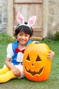 ハロウィンでウサギの仮装をした男の子とカボチャの写真素材 [FYI02607043]