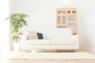 ソファーの上にパソコンがある無人のリビングの写真素材 [FYI02607429]