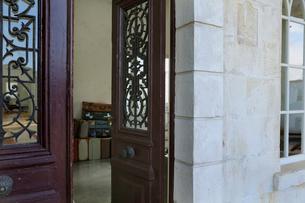 アンティークな扉がある玄関まわりの写真素材 [FYI02607679]