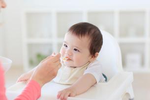 離乳食を食べるハーフの赤ちゃんの写真素材 [FYI02607765]