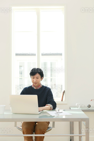 ホームオフィスで仕事をする男性の写真素材 [FYI02607878]