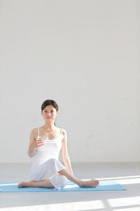 広い空間でヨガをする女性の写真素材 [FYI02607879]