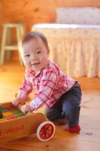 積み木で遊ぶ赤ちゃんの写真素材 [FYI02607951]
