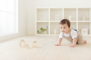積み木をして遊ぶハーフの赤ちゃんの写真素材 [FYI02607959]
