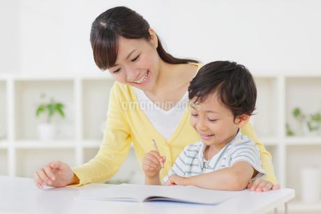 お母さんと勉強をする男の子の写真素材 [FYI02607986]