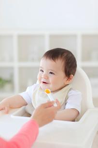 離乳食を食べるハーフの赤ちゃんの写真素材 [FYI02608002]