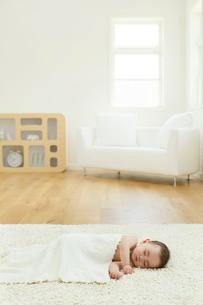 リビングで眠る裸の赤ちゃんの写真素材 [FYI02608074]