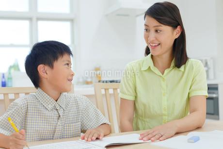 勉強をする子どもと教えるお母さんの写真素材 [FYI02608306]
