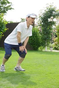 運動中に膝を痛めるシニア男性の写真素材 [FYI02608430]