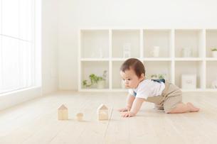 積み木をして遊ぶハーフの赤ちゃんの写真素材 [FYI02608468]