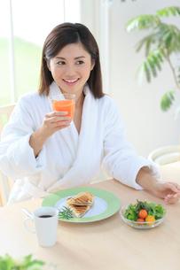 朝食を食べるバスローブ姿の女性の写真素材 [FYI02608476]