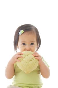 メロンパンを食べる女の子の写真素材 [FYI02608569]