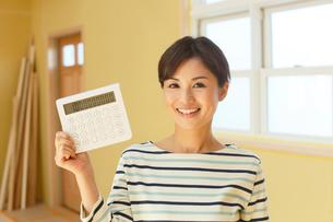 計算機を手に笑顔の女性の写真素材 [FYI02608654]