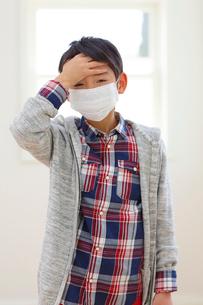 マスクをした体調不良の小学生の写真素材 [FYI02608680]