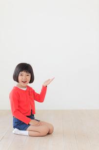 正座をして案内するおかっぱの女の子の写真素材 [FYI02608992]