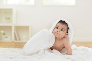 タオルをかぶる裸の赤ちゃんの写真素材 [FYI02608996]