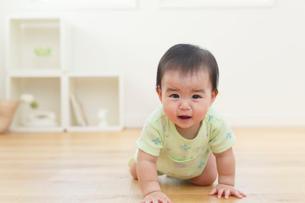 泣いている赤ちゃんの写真素材 [FYI02609169]
