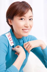 セーターを着た女性の写真素材 [FYI02609178]