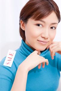 セーターを着た女性の写真素材 [FYI02609199]