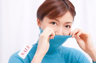 セーターを着た女性の写真素材 [FYI02609257]