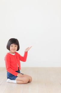 正座をして案内するおかっぱの女の子の写真素材 [FYI02609275]