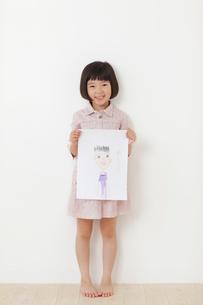 お父さんの絵をもつおかっぱの女の子の写真素材 [FYI02609588]