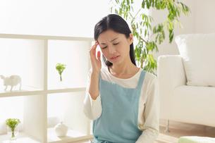 家事の途中に具合が悪くなる主婦の写真素材 [FYI02609600]