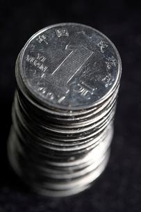 積み上げられた1元硬貨の写真素材 [FYI02609889]