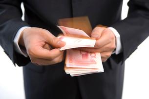 お金を数える男性の写真素材 [FYI02610026]