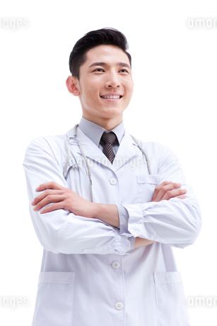 腕組みをして立つ医師の写真素材 [FYI02611438]