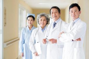 笑顔の医師と看護師の写真素材 [FYI02612150]