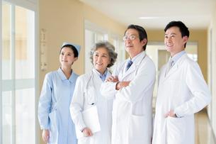 笑顔の医師と看護師の写真素材 [FYI02612244]