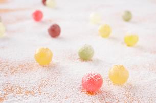 粉の上の飴玉の写真素材 [FYI02612630]
