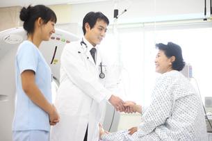 検査をする患者と医師と看護師の写真素材 [FYI02612781]