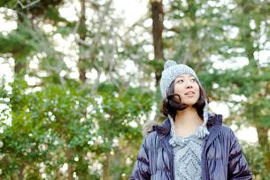 毛糸の帽子とダウンジャケットを着た女性の写真素材 [FYI02613565]