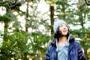 毛糸の帽子とダウンジャケットを着た女性の写真素材 [FYI02613579]