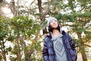 毛糸の帽子とダウンジャケットを着た女性の写真素材 [FYI02613582]