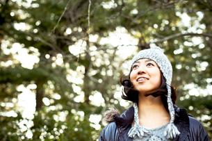 毛糸の帽子とダウンジャケットを着た女性の写真素材 [FYI02613587]