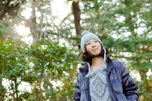 毛糸の帽子とダウンジャケットを着た女性の写真素材 [FYI02613605]